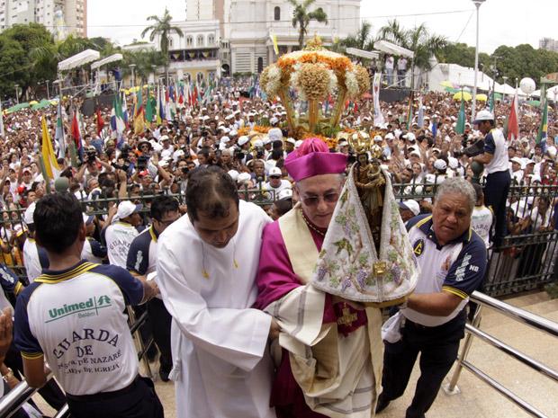 Chegada da santa à Basílica de Nazaré durante a procissão do Círio de Nossa Senhora de Nazaré, em Belém (PA), na manhã deste domingo (10).
