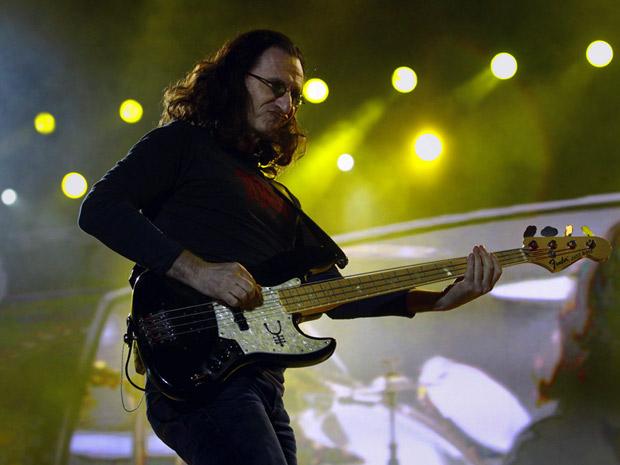 O baixista e vocalista da banda canadense Rush, Geddy Lee, durante apresentação na Praça da Apoteose neste domingo (10)