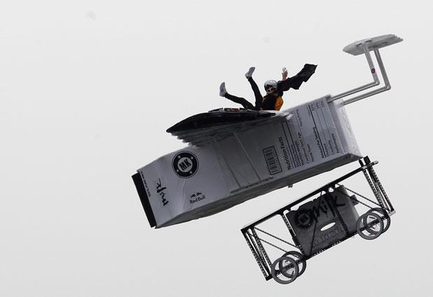 Veículos que voam sem motor participam de competição de queda livre em no heliporto de West Kowloon , em Hong Kong, neste domingo (10).
