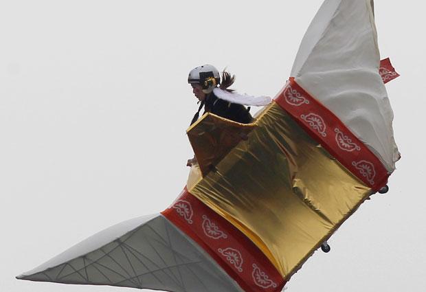 Evento Flugtag (em alemão, Dia do Vôo), da Red Bull, incentivou equipes a desenvolverem veículo que permanecer a maior distância no ar sem o uso de motor antes de cair na água.