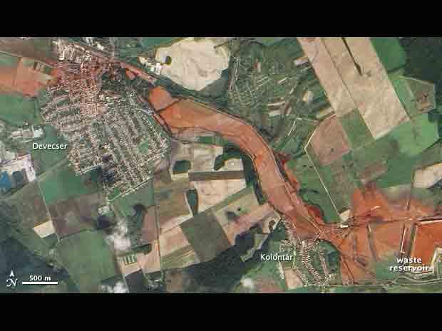 Imagem de satélite divulgada pela Nasa mostra a mancha vermelha do 'mar de lama tóxica' que se formou na Hungria.