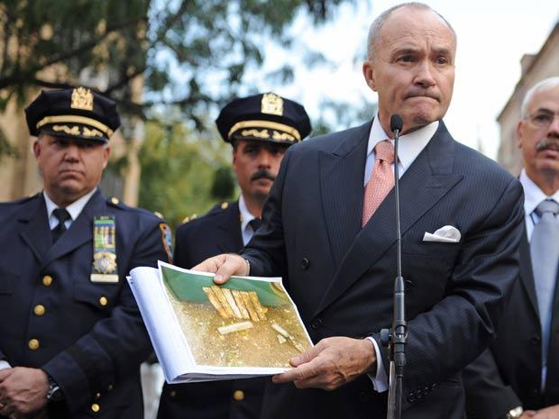 Policiais apresentam imagens dos pacotes suspeitos encontrados em cemitério histórico de Nova York