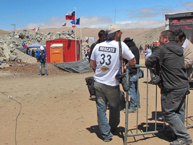 Homem com camiseta do 'resgate dos 33', na mina San José, no Chile.