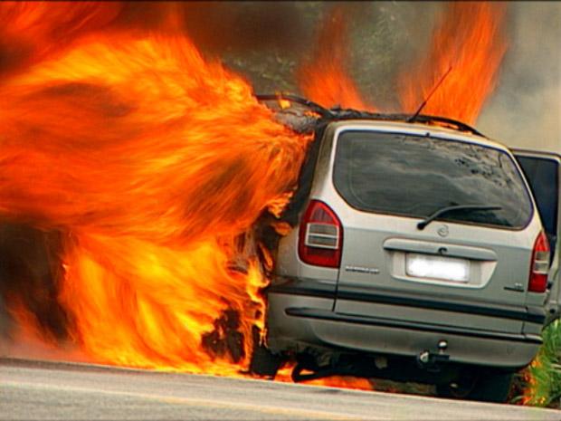 Carro pega fogo na BR-101