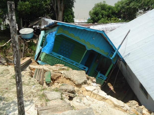 Pelo menos 40 casas desabaram com o deslizamento de terra