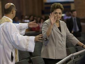 Dilma Rousseff durante missa realizada na Basílica de Nossa Senhora Aparecida nesta segunda-feira (11)