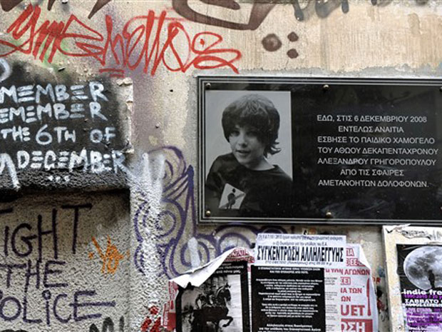 Memorial em homenagem ao estudante Alexandros Grigoropoulos é visto nesta segunda-feira (11) em Atenas.