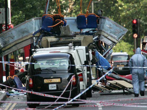 Foto do ônibus de dois andares que explodiu em Londres em 7 de julho de 2005.
