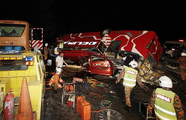 Bombeiros trabalham no local do acidente desta segunda-feira (11) na Malásia.