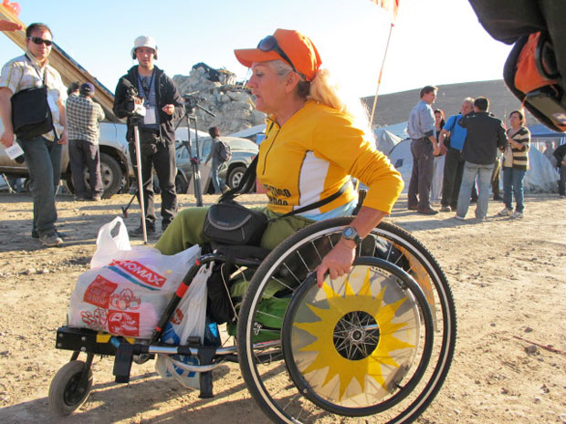 Bernardita Lorca é uma maratonista de cadeira de rodas que vive em Santiago, no Chile. Neste final de semana, ela pegou um ônibus e veio para Copiapó, a 800 km, para acompanhar o resgate dos 33 mineiros que estão presos, sem muito dinheiro e sem levar bar