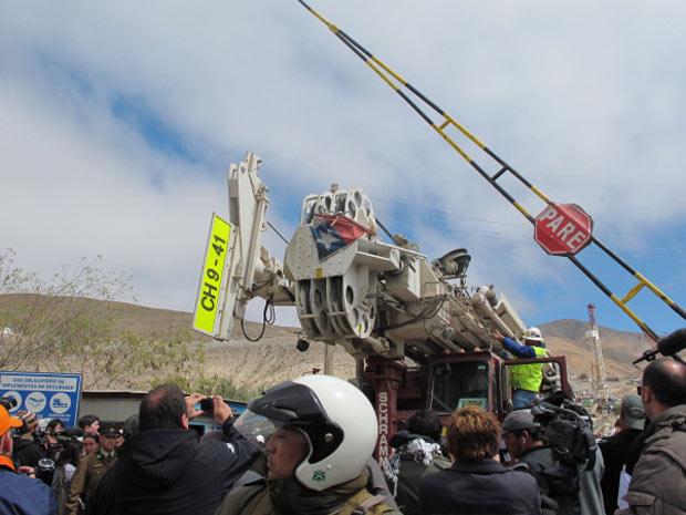 A perfuradora T-130 é levada em um caminhão para fora da mina San José. Aplausos e gritos acompanhavam a 'caravana' até a entrada da mina.