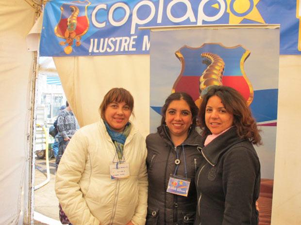 Ivica, Carla e Roxana (da esquerda para a direita), no refeitório do acampamento