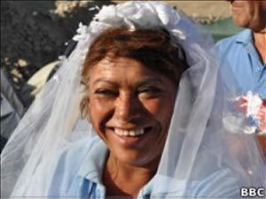 Maria Segovia posa com o véu de uma das noivas dos mineradores