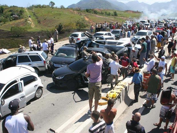 Engavetamento envolvendo 15 carros na Rodovia Rio-Santos, na altura de Chaperó, em Itaguaí, na Baixada Fluminense