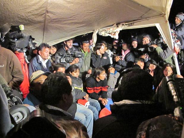 Tenda da família Avalos no acampamento Esperança, na noite desta terça-feira, cercada de jornalistas. Florencio Avalos deve ser o primeiro a subir á superfície. Seu irmão mais novo, Renán, também está soterrado.