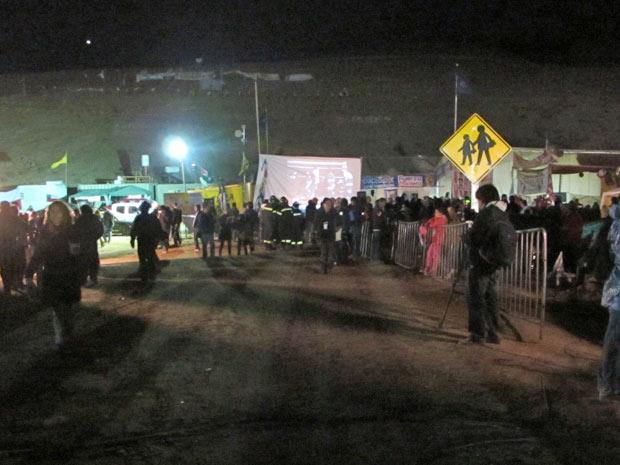 Um telão foi intalado perto do 'restaurante' do acampamento esperança, na mina San José, para acompanhar o resgate dos 33 mineiros.