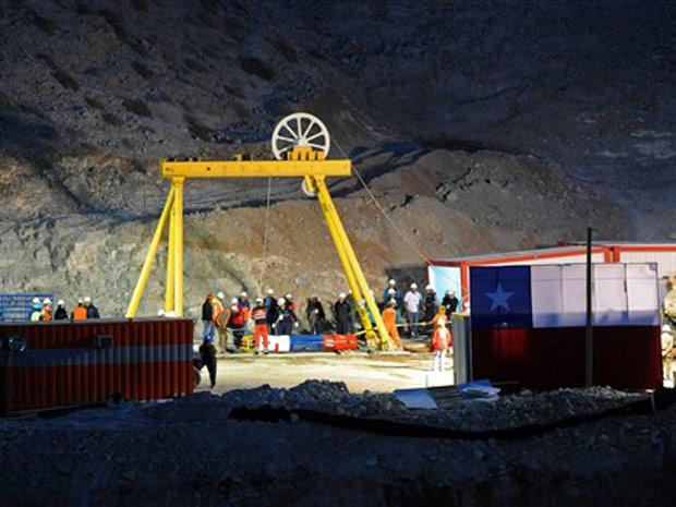 Cápsula do resgate é testada no início da noite desta terça-feira (12) na mina.