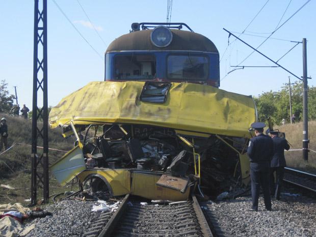 Policiais observam o local do acidente desta terça-feira (12) na Ucrânia.