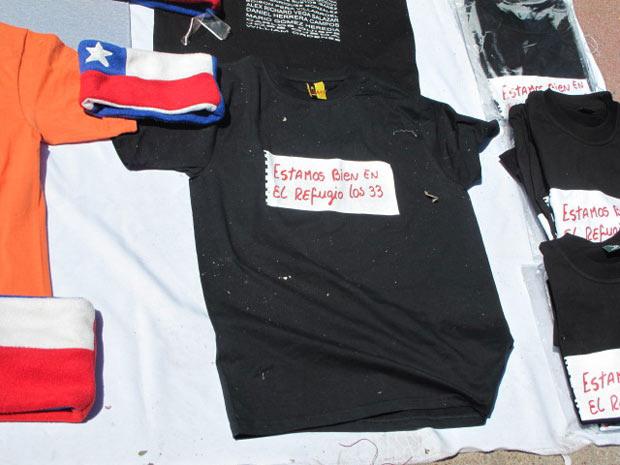Barracas de rua e tendas vendem camisetas e bandeiras com o bilhete dos mineiros encontrados com vida em uma mina do Chile. A praça central da cidade prepara uma festa para o fim dos trabalhos de resgate