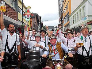 Desfiles são marca registrada da Oktoberfest