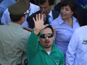 O mineiro Edison Pena chega a hospital em Copiapo após ser resgatado em uma mina que ruiu em San Jose