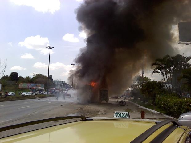 Ônibus pegou fogo próximo a um posto de gasolina na Avenida Brasil.