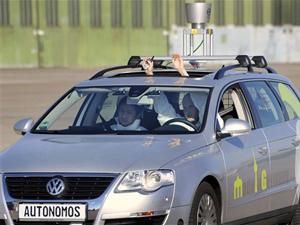 Homem levanta as mãos para mostrar que não está no comando do carro durante teste