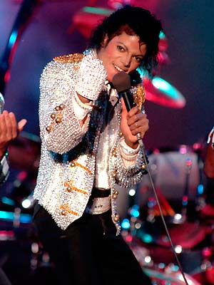 Michael Jackson durante apresentação ao lado dos irmãos no Dodger Stadium, em Los Angeles, em 3 de dezembro de 1984 (Foto: AP)