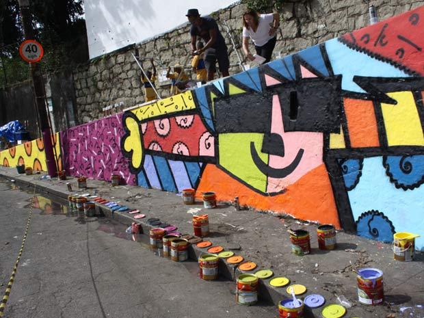 Muro da Escola estadual Monteiro de Carvalho foi pintada por Romero Britto e alunos da oficina de grafite