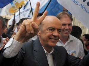 Candidato do PSDB à Presidência da República, José Serra, em campanha em Porto Alegre (RS), nesta quarta-feira (13).