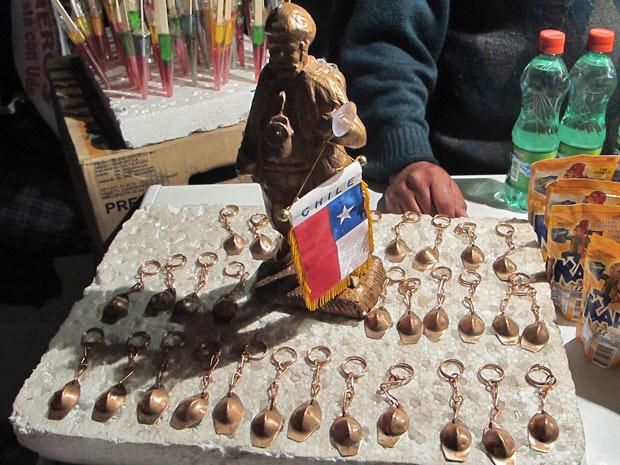 Chaveiros com capacete de mineiros são vendidos na festa de Copiapó