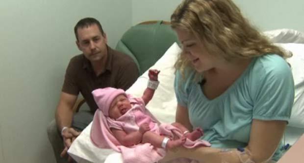 Chad e Barbie Soper com a filha do casal que nasceu no dia 10.