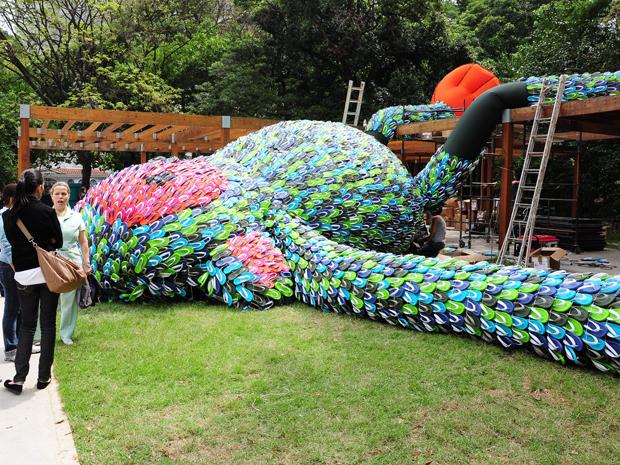 Macaco feito de sandálias é exposto no Parque Mário Covas