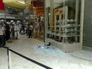 Ladrões quebraram vidro da loja