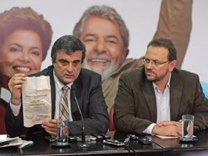 O secretário-geral do PT, José Eduardo Cardozo (esq.), e o presidente do PT paulista, Edinho Silva, durante entrevista sobre a distribuição de folhetos contra Dilma Rousseff