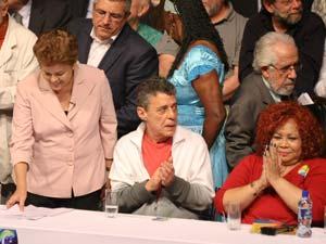 A candidata do PT à presidência da República, Dilma Rousseff , ao lado do cantor e compositor Chico Buarque e da cantora Alcione em ato no Rio de Janeiro nesta segunda