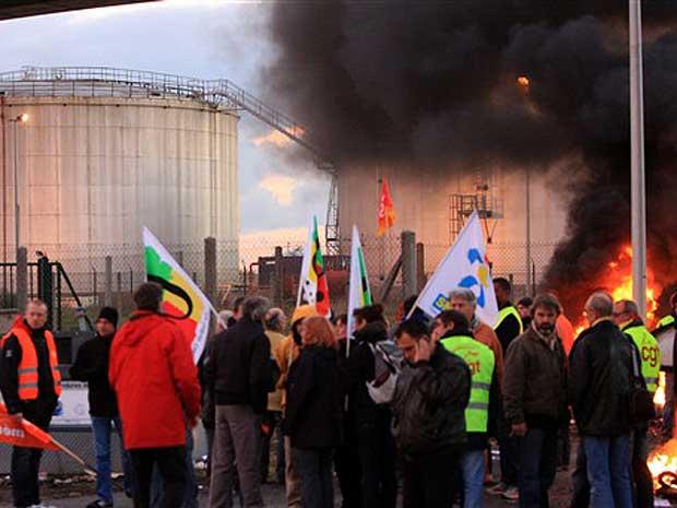 Manifestantes continuam bloqueando as principais refinarias do país.