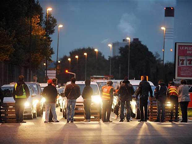 Como parte dos protestos em todo a França, manifestantes bloqueiam o tráfego em Toulouse, sul do país.