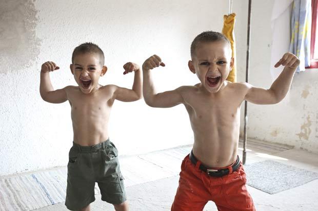 Claudiu (esquerda) e Giuliano exibem seus músculos.
