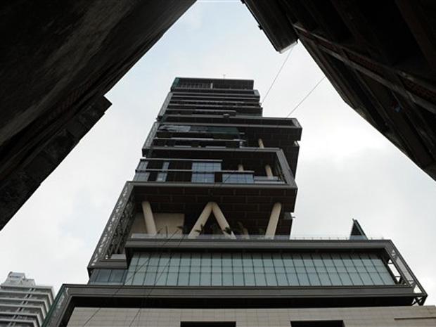 Antilia, a casa do milionário indiano Mukesh Ambani, é vista nesta terça-feira (19) em Mumbai. (Foto: AFP)