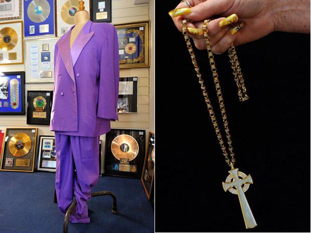 Terno Versace lilás usados por Elton John e um crucifixo em ouro e diamantes doado pelo cantor a seu empresário, Bob Halley, também estão entre os itens do leilão, marcado para esta terça-feira (19) na Inglaterra