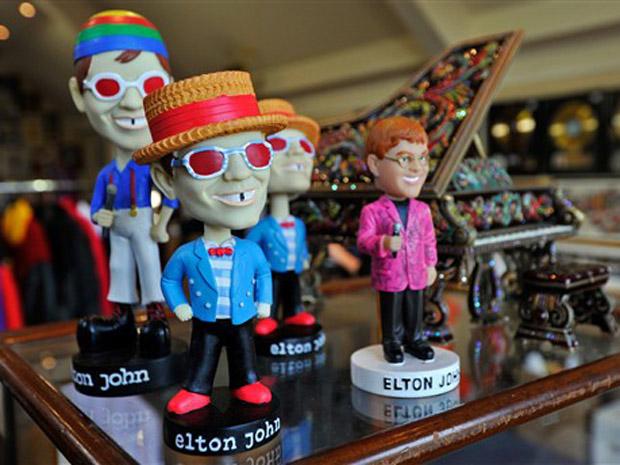Bonecos do cantor e compositor britânico Elton John serão colocados à venda em um leilão promovido pela mãe do músico, Sheila Farebrother, e seu empresário de longa data, Bob Halley