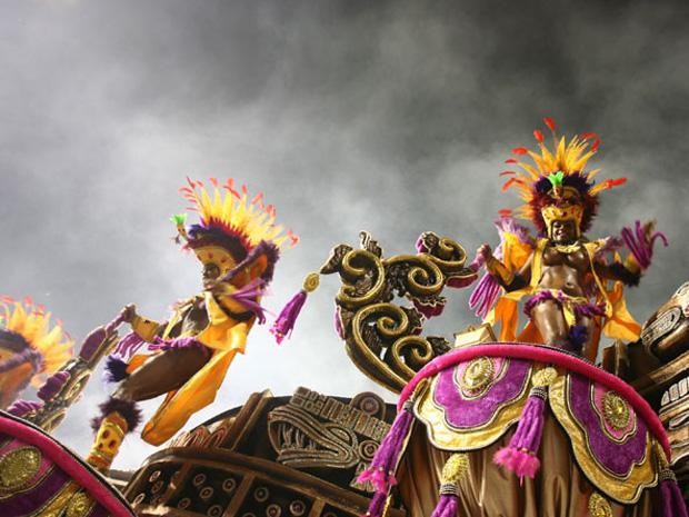 Dançarinas em carro alegórico da Rosas de Ouro no Carnaval 2010