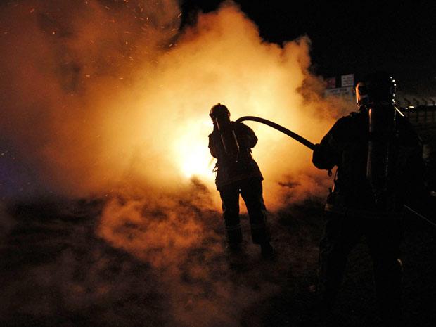 Bombeiros tentam apagar fogo perto da entrada do depósito de combustível SFDM, próximo a Nantes, nesta quarta-feira (20)