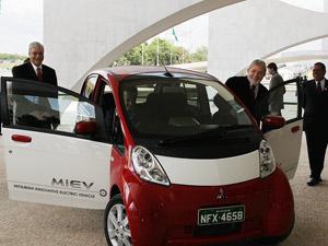 Presidente Lula recebe dirigentes da Mitsubishi e conhece carro elétrico da empresa, no Palácio do Planalto