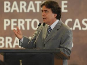 """Ministro da Saúde, José Gomes Temporão, durante cerimônia de ampliação dos medicamentos oferecidos pelo programa """"Aqui tem Farmácia Popular""""."""