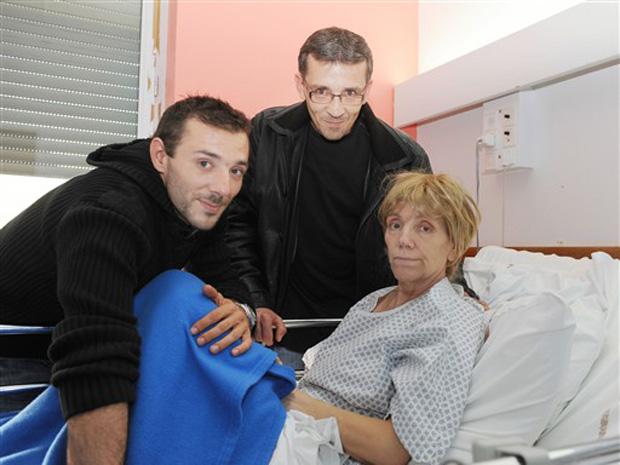 Lydia Paillard posa ao lado de dois de seus filhos na cama do hospital em Lormont nesta quarta-feira (20).