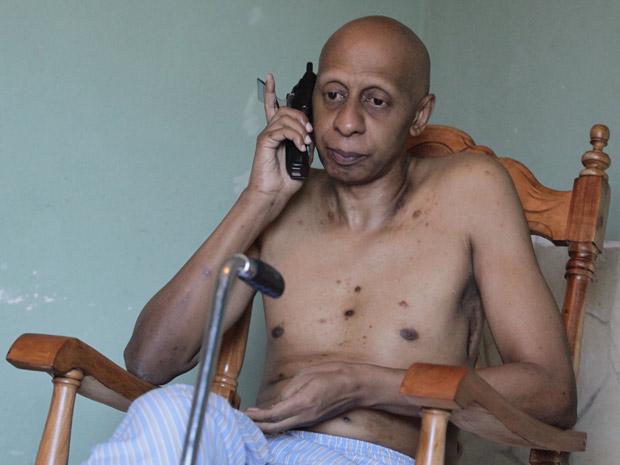 Guillermo Fariñas ao telefone, em sua casa em Santa Clara, após receber nesta quinta-feira (21) a notícia de sua premiação. (Foto: AFP)