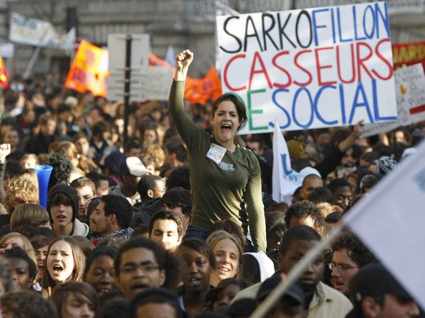 Manifestantes protestam em Paris nesta quinta-feira (21).