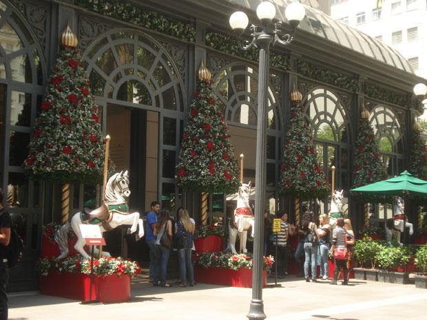 Os shoppings de São Paulo já começaram a preparar a decoração de Natal. O Interlagos, na Zona Sul da capital, vai inaugurar a sua no dia 29 deste mês e o Central Plaza Shopping, no dia 30 de outubro.  O Shopping Pátio Higienópolis, na região central,